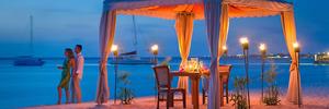 1280x427xhyatt regency aruba resort and casino couple beach night.jpg.pagespeed.ic.i3u 33pntp s300