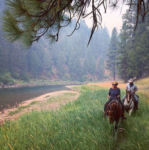 Horseback riding by river e bar l s300