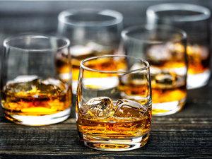 Glass scotch whiskey ice s300